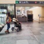 Viajar solo con bebés y niños.