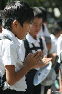 Niño japonés rezando en Hiroshima