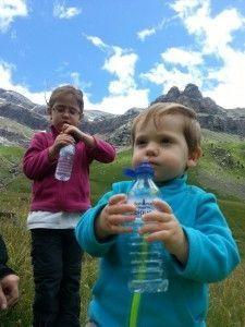 bebé_niña_beben_agua_excursión
