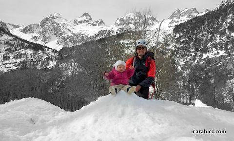 bebé_papá_excursión_nieve