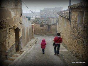 paseando con mi hija por el pueblo de sus bisabuelos