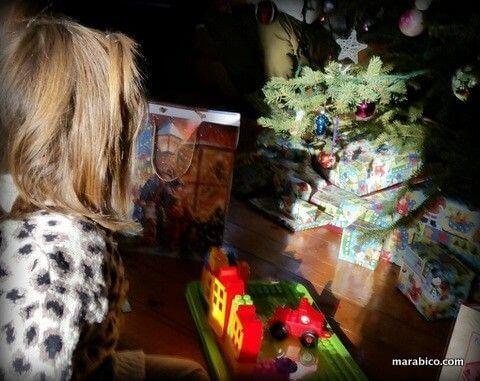 niño_regalos_bajo_árbol