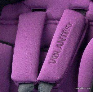 silla de coche con protectores en el arnés de seguridad